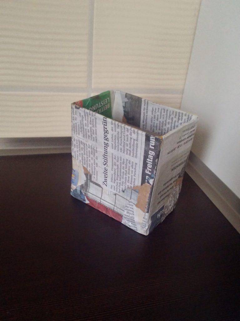 Portalápices de cartón reciclando cajas