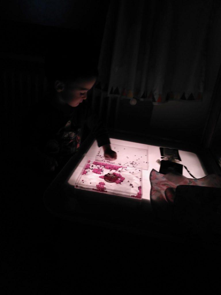Jugando con bolitas de agua en la mesa de luz
