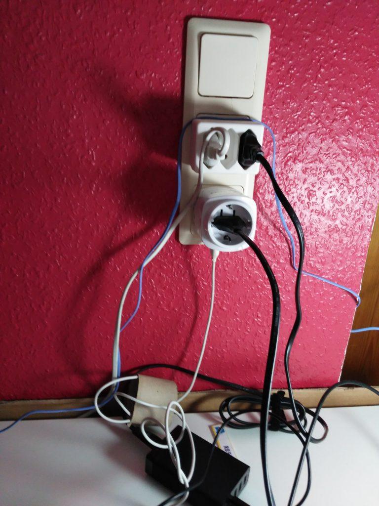 ¿Cables a la vista y desorganizados? - Cómo hacer un Organizador de cargadores, dispositivos y cables. Ocultar los cables.