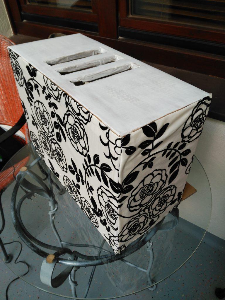 Organizador de cargadores, dispositivos y cables. Ocultar los cables.