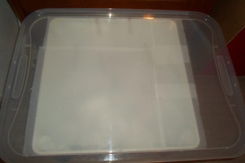 Tapa para la mesa de luz - Una tapa de caja de plástico grande
