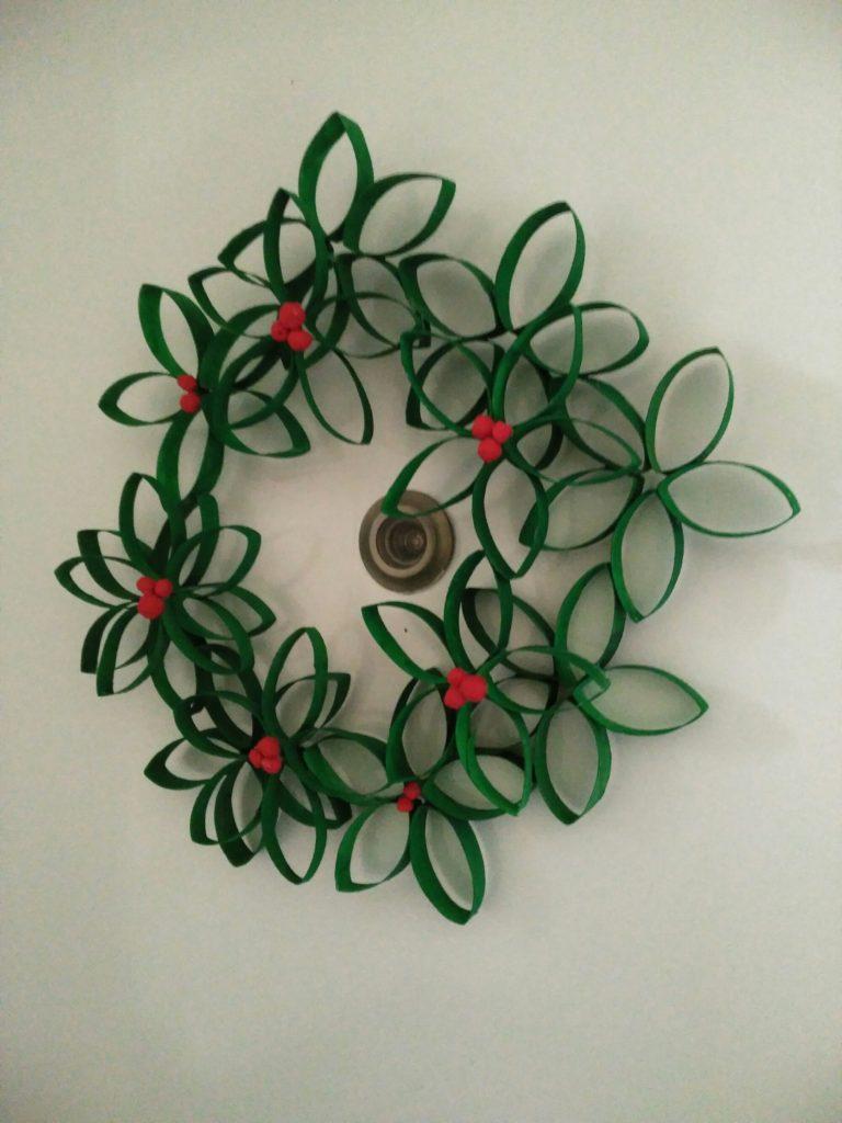 Manualidades navideñas - Corona navideña con rollos de papel higiénico