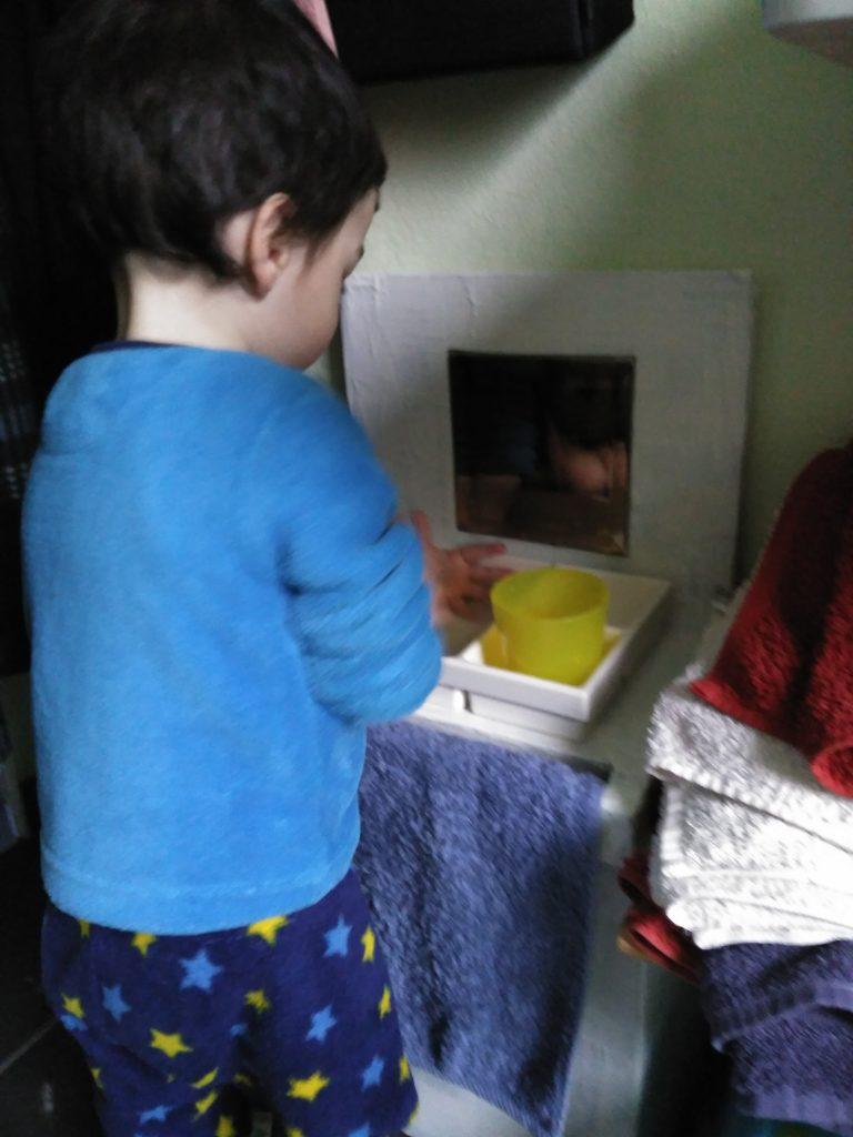 Mini Lavabo inspiración Montessori de Cartón adaptado para que los niños se laven las manos a su altura