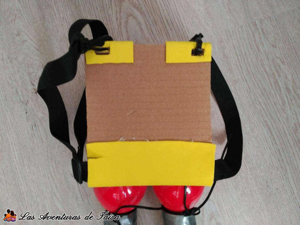 Disfraz de Bombero Casero - Detalle trasera mochila