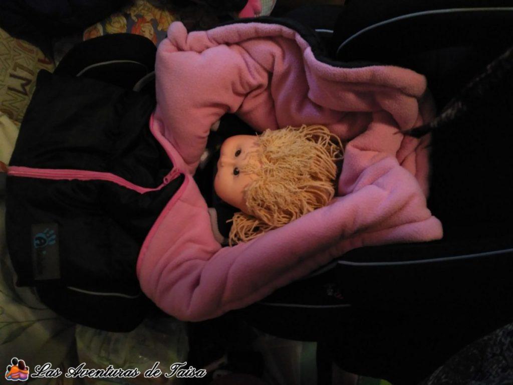 Muñequita con el saco de invierno en la sillita del coche - Kiss2