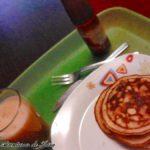 Desayuno de tortitas y batido de fresa