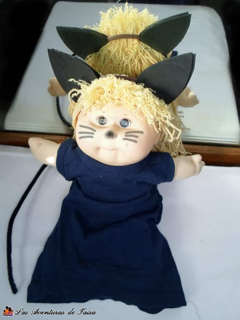 Para hacer un disfraz de gato sencillisimo, una diadema, orejas de Goma EVA, maquillaje, ropa oscura y opcional una cola de limpiapipas