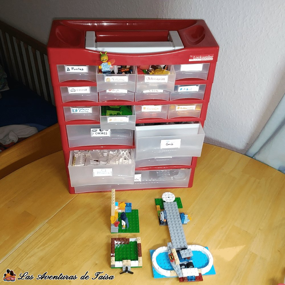 En estos cajones he organizado la creciente colección de piezas de Lego de mi hijo