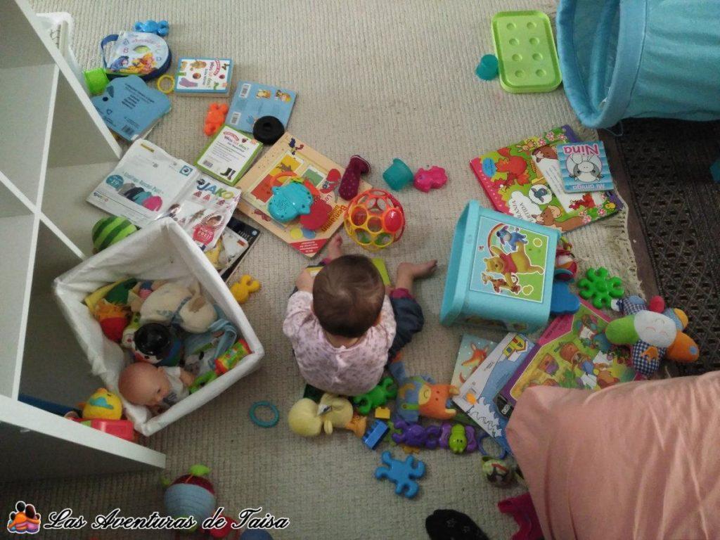 Esto suele hacer mi hija mientras yo trabajo en casa, por eso es importante tener un rincón con juguetes junto a tu lugar de trabajo.