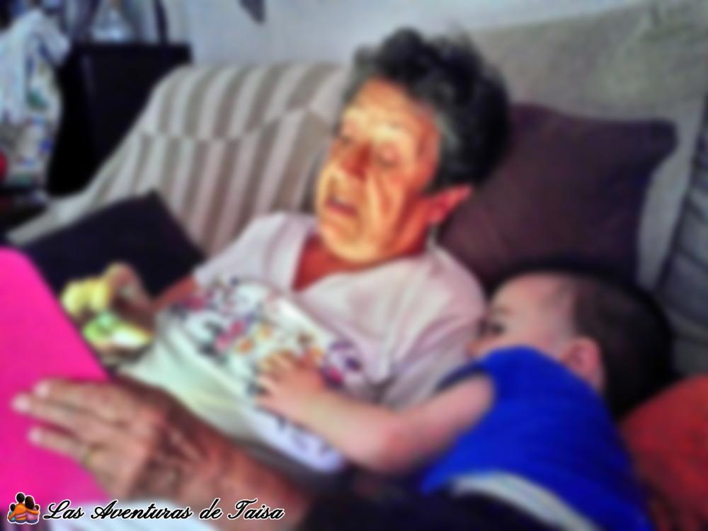Es dificil alejar a los niños y las pantallas cuando hasta la abuela juega al Candy Crush en la tablet