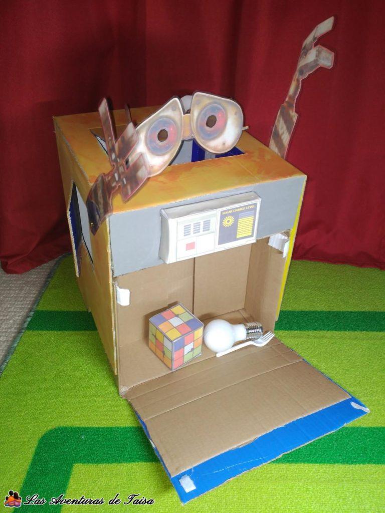 Disfraz de Wall-E con compartimento de basura abierto