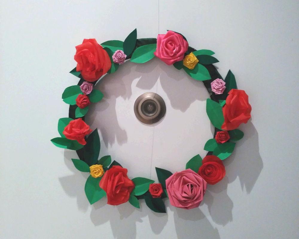 Corona de flores de papel para la puerta