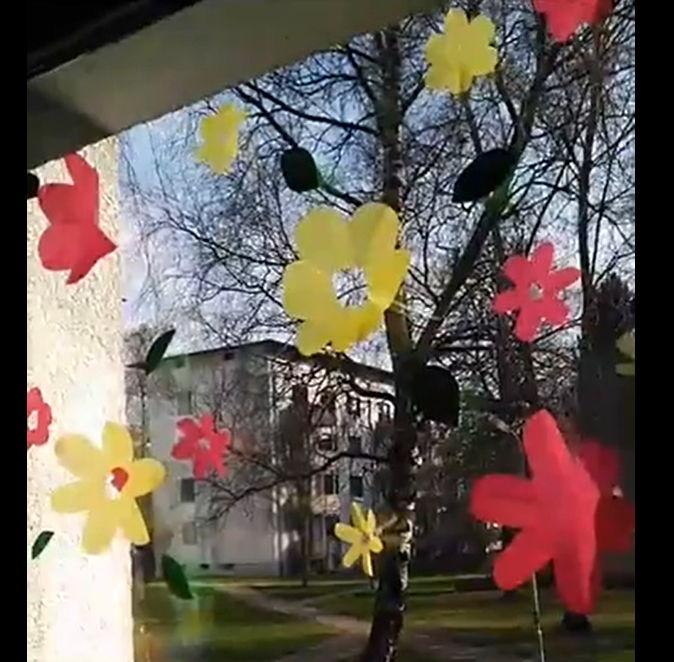 Flores de papel en la ventana