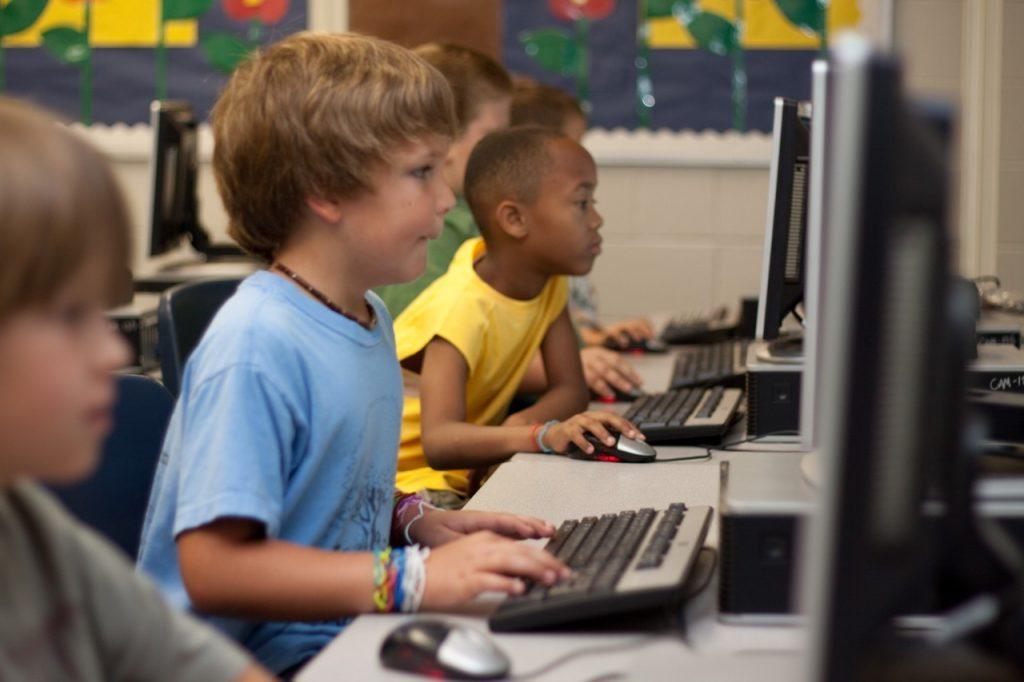 Los niños realizan la prueba de idioma en el ordenador