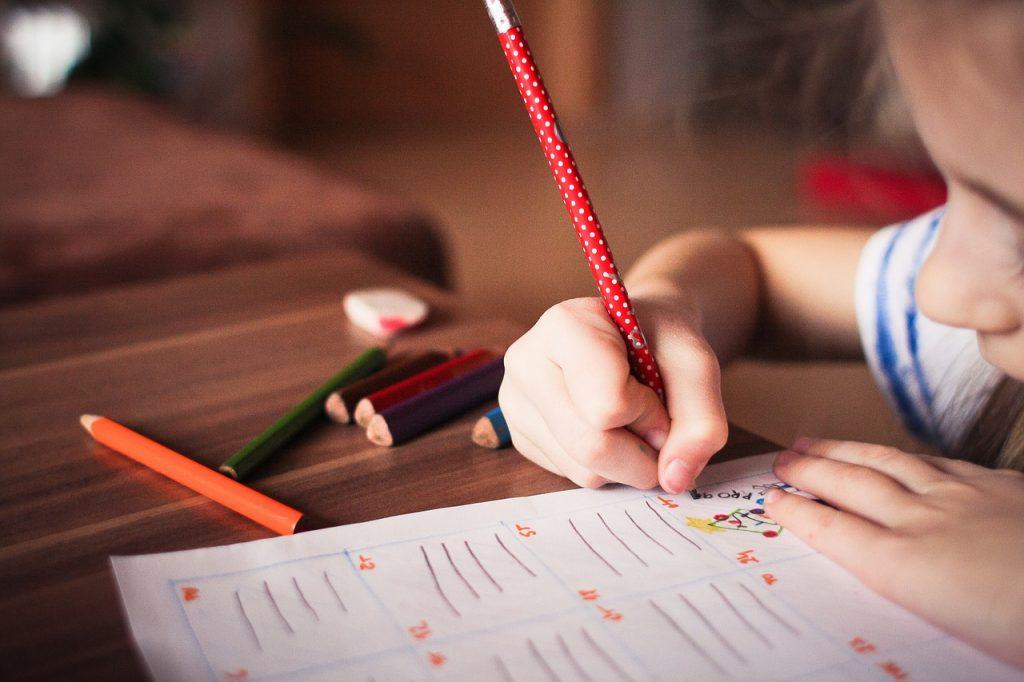Niña escribiendo - Revisión antes de entrar al colegio en Alemania