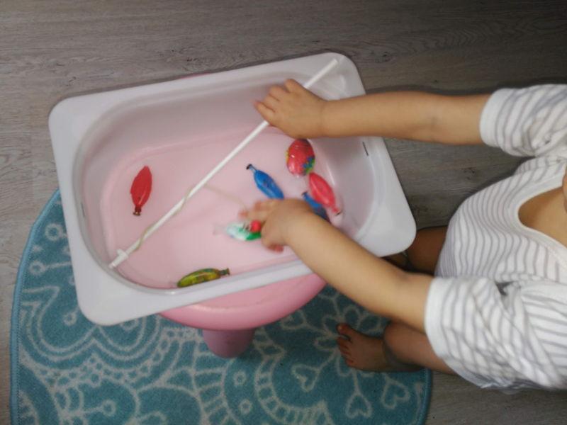 jugando a pescar peces con imanes