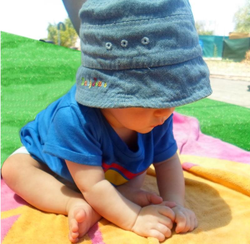 Antes de andar los bebes van mejor descalzos