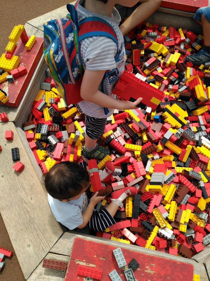 El sueño de todo Lego Fan - Una piscina de piezas de Lego