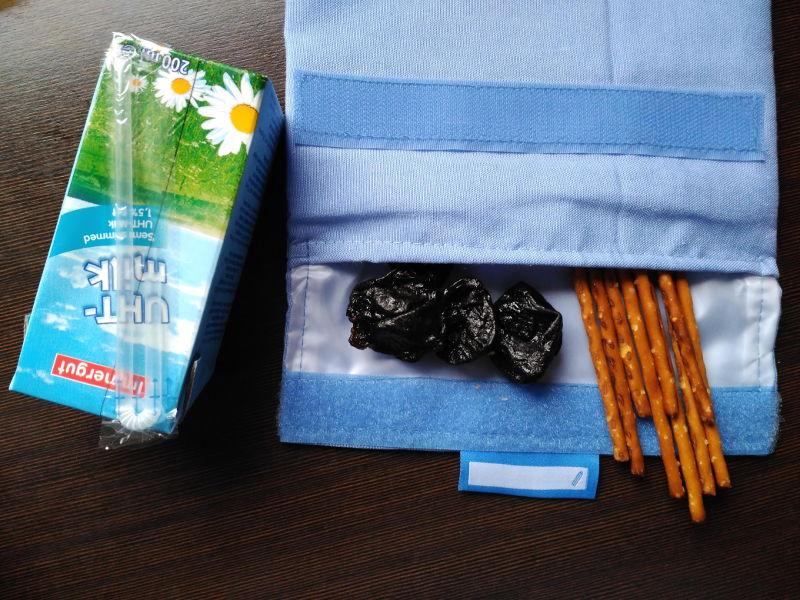 Idea de desayunos sanos para niños - Leche, palitos de sal y ciruelas pasas
