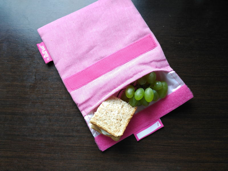 Bolsa de tela para el almuerzo - Bolsa rosa de tela con uvas  y sandwich.