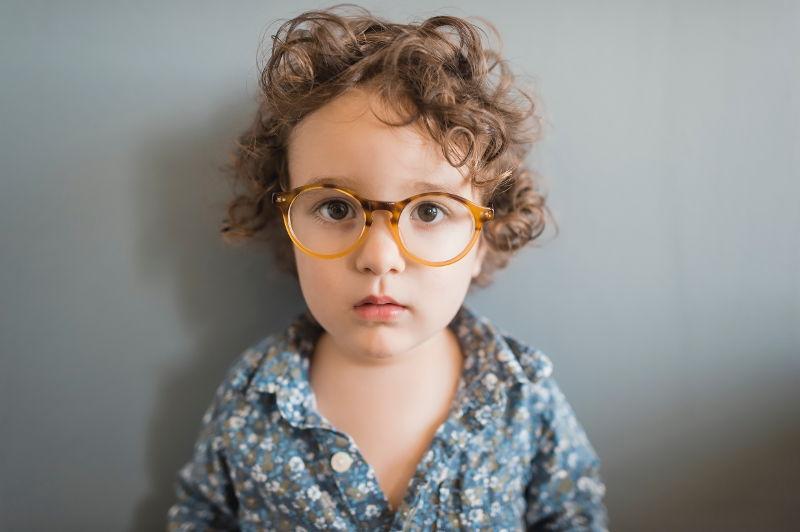 Niño con gafas - llevar gafas siendo niña
