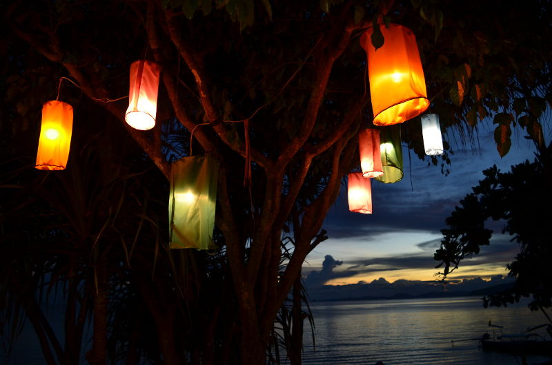 Lanternenfest - imagen ilustrativa con Farolillos de papel con luces