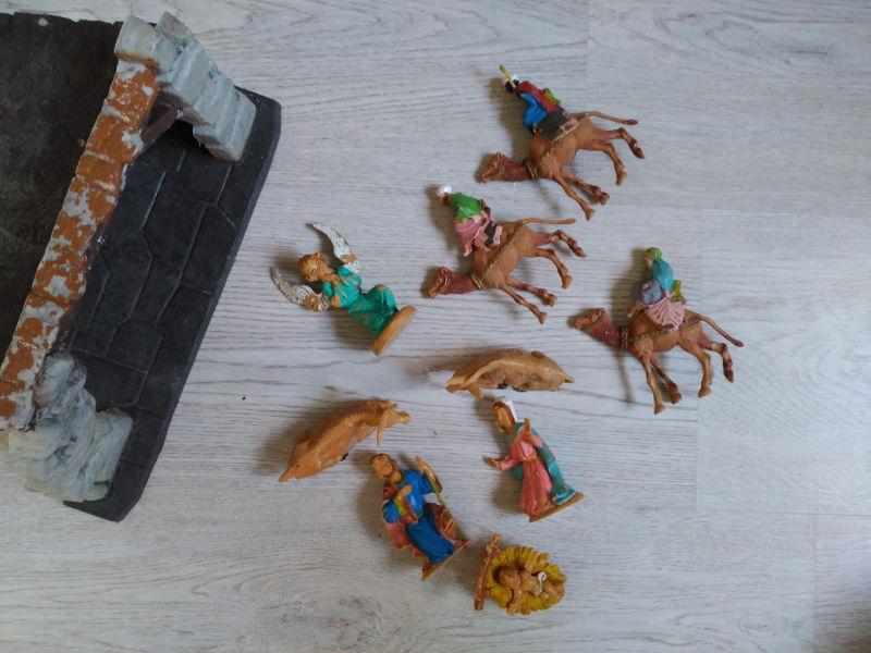 Renovar y montar el Belén - En la foto, un belén de figuras de plástico con portal, ángel, josé, maría, niño, buey mula y los tres reyes magos.