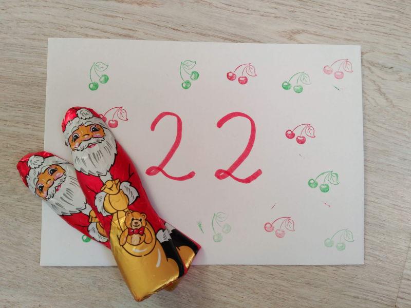 Calendario de Adviento DIY - Un poco de chocolate. Sobre del día 22, con dos figuras de papa noel de chocolate.