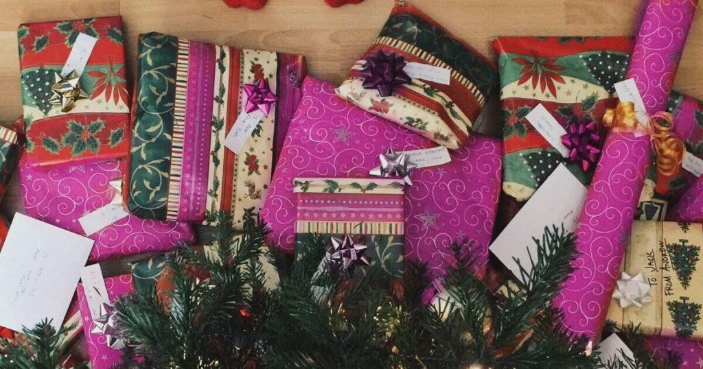 Ideas-de-regalo-para-todos-los-bolsillos-desde-10-euros - Imagen ilustrativa de un montón de regalos bajo el arbol de Navidad