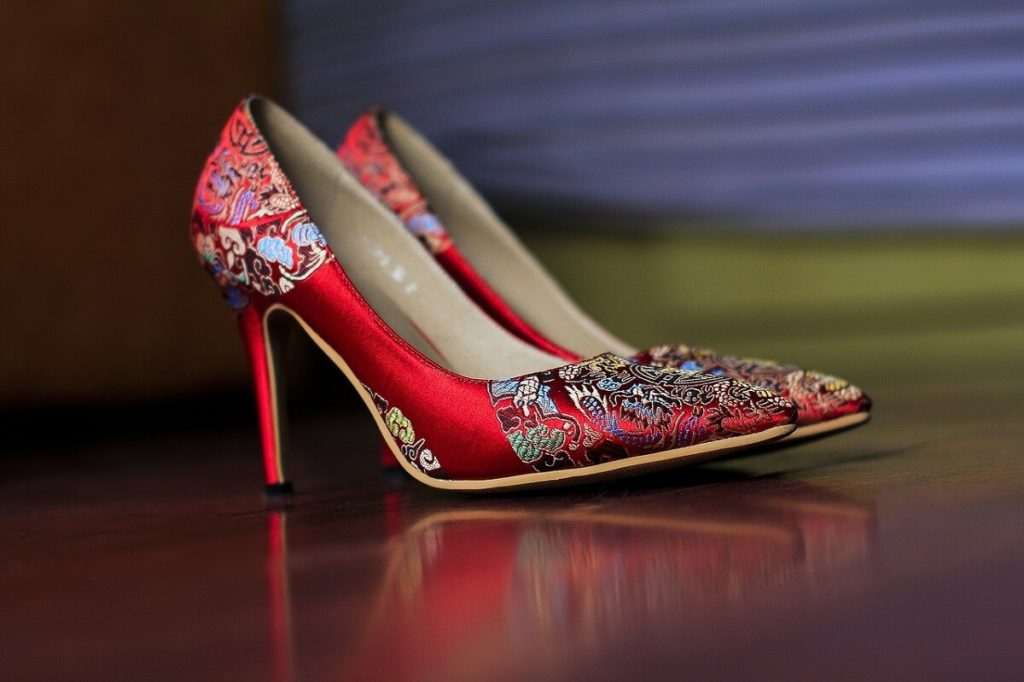 2019 con buen pie - canciones - Calzar tacones - bailar con otros zapatos - Imagen ilustrativa: Zapatos de tacón rojo con bordado de flores.