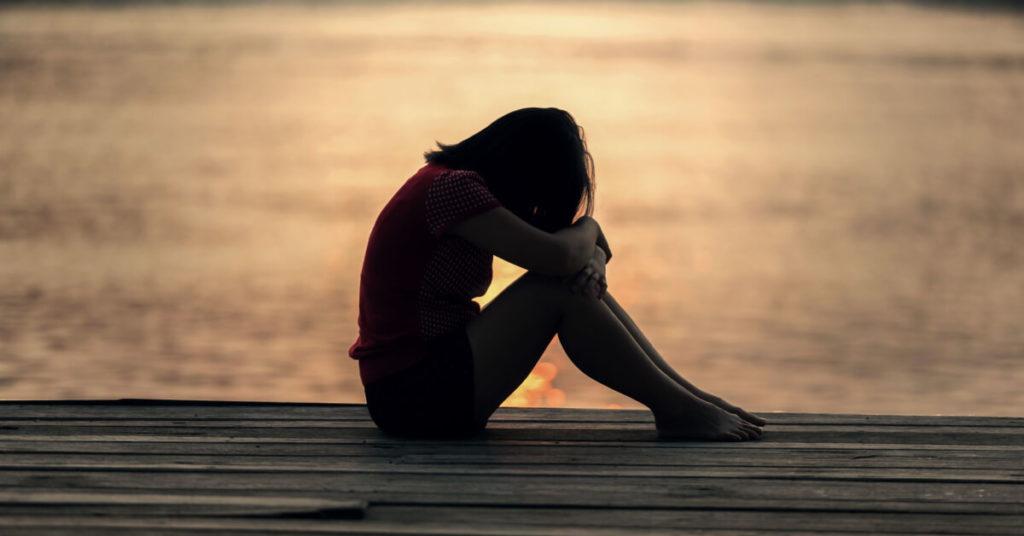 hormonas en el postparto - depresion - imagen ilustrativa con mujer triste