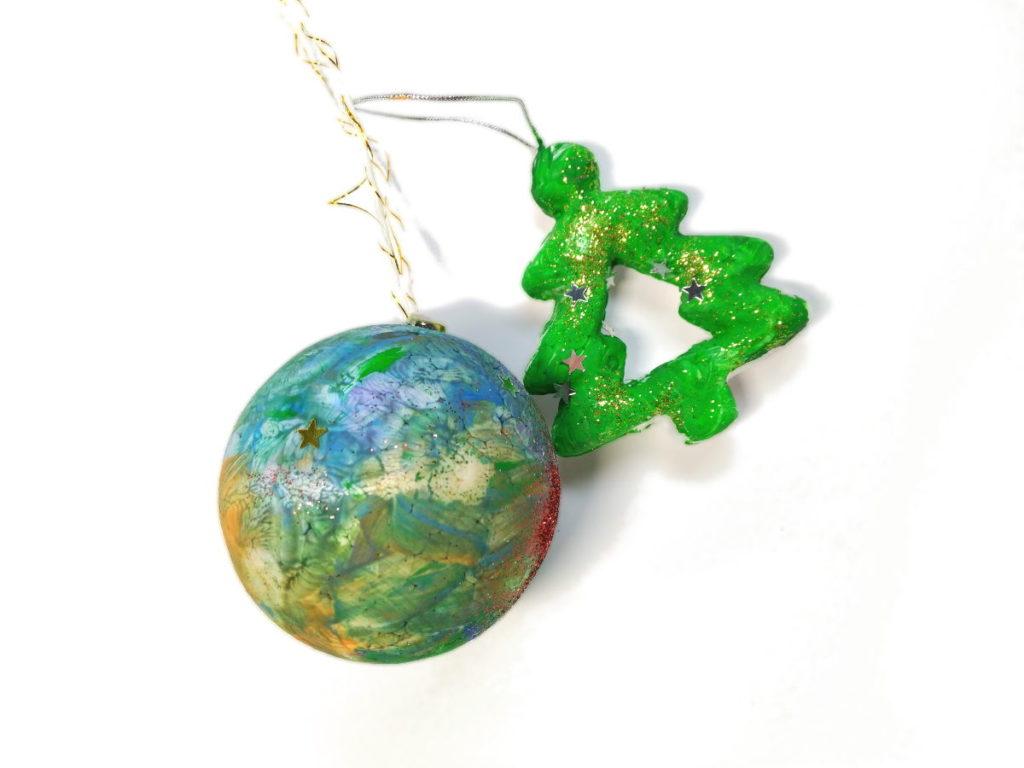 Manualidades con los niños: ¿En la guardería o en casa? - En la imagen, adornos hechos por mi hija con 2 años. Una bola y un árbol de poriexpan pintados con purpurina y estrellas.