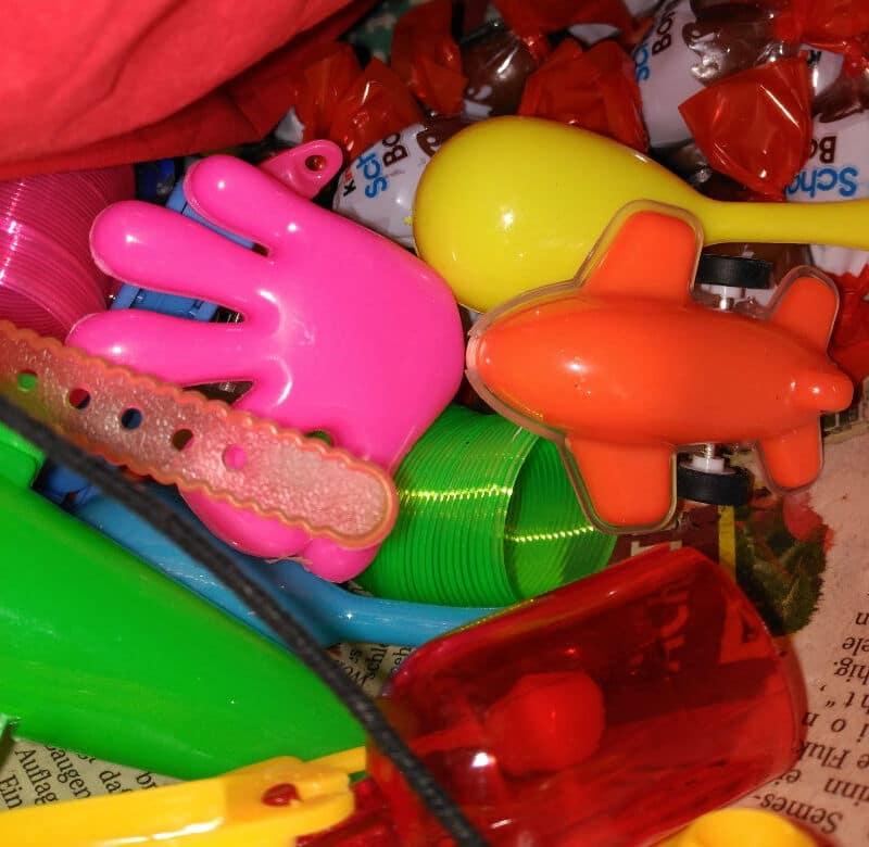 Qué poner en una piñata de relleno - chocolates y juguetes.