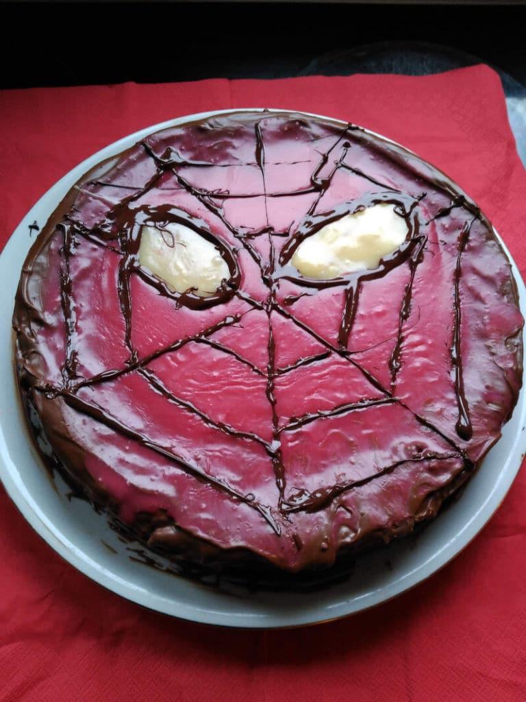Tarta decorada sin Fondant - Decoración tarta de Spiderman rojo con líneas oscuras y blanco.