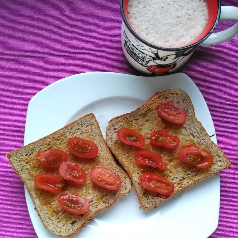 Desayunos saludables - Pan con aceite y cherrys