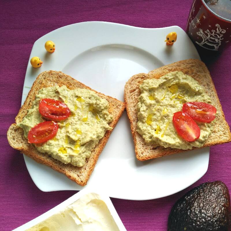 Desayunos saludables - Tostadas con crema de aguacate y queso