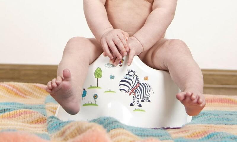 Edad adecuada para dejar el pañal - Imagen ilustrativa, bebé sentado en el orinal