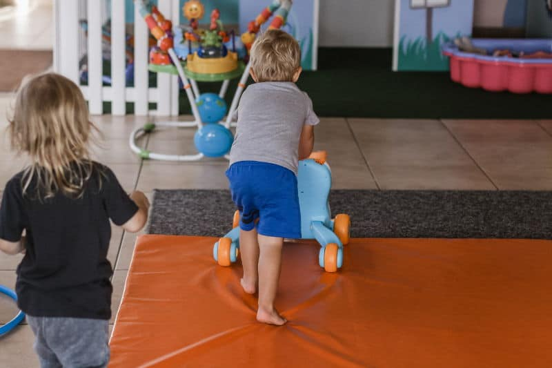 Quitar el pañal antes de empezar la guarderia - Imagen ilustrativa, niños jugando en una guardería.
