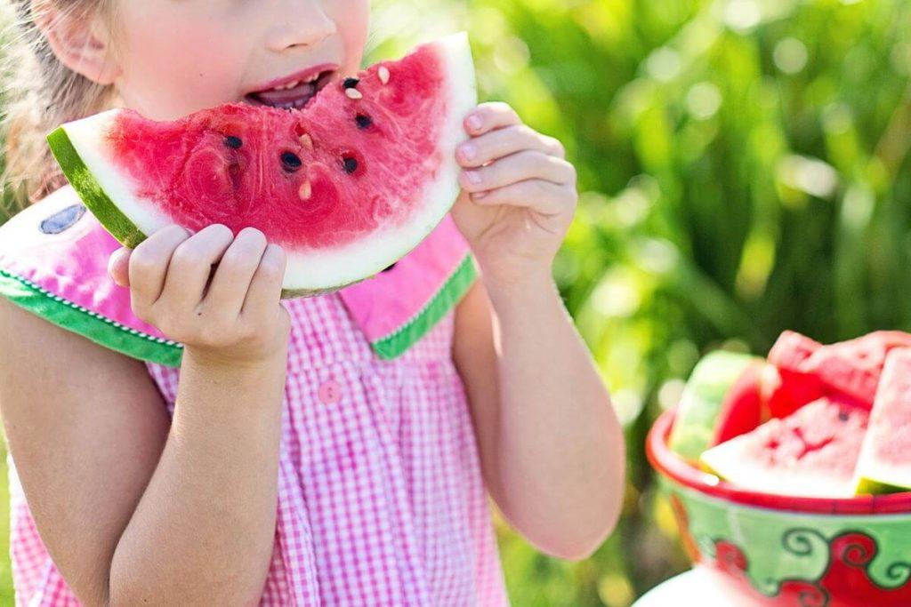 Neofobia - Cuando los niños no quieren probar cosas nuevas -Foto ilustrativa de Pixabay, niña comiendo sandía