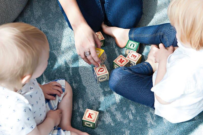 Conciliar en Alemania - Guarderia - Imagen ilustrativa - Niños jugando con bloques