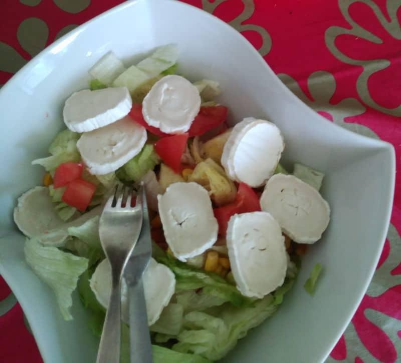 Ensalada de queso de cabra, lechuga, maiz y tomate - Ideas para ensaladas