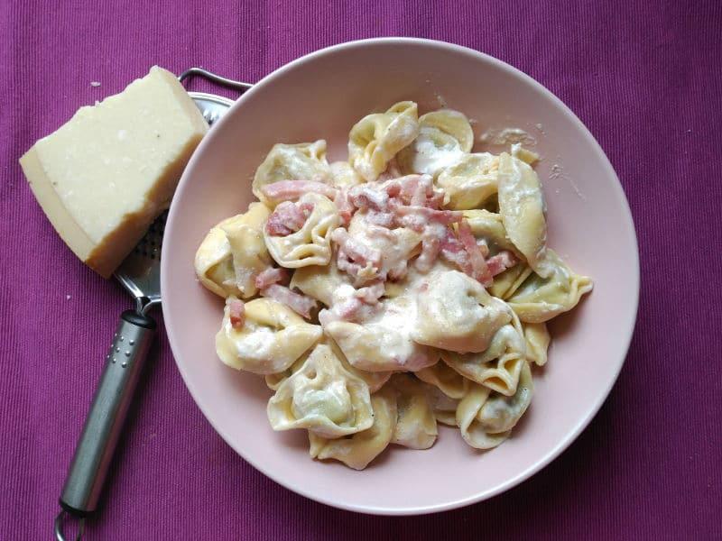 Pasta rellena con salsa de crema agria. Recetas rápidas y ricas.