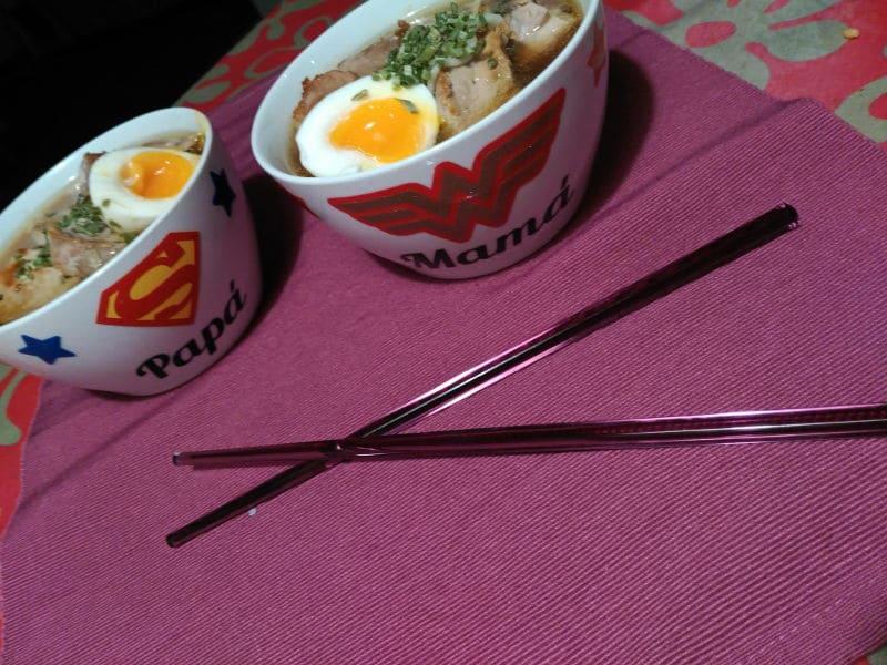 Ramen casero con huevo duro, carne y fideos. Recetas saludables. Caldo para aprovechar huesos de pollo asado.
