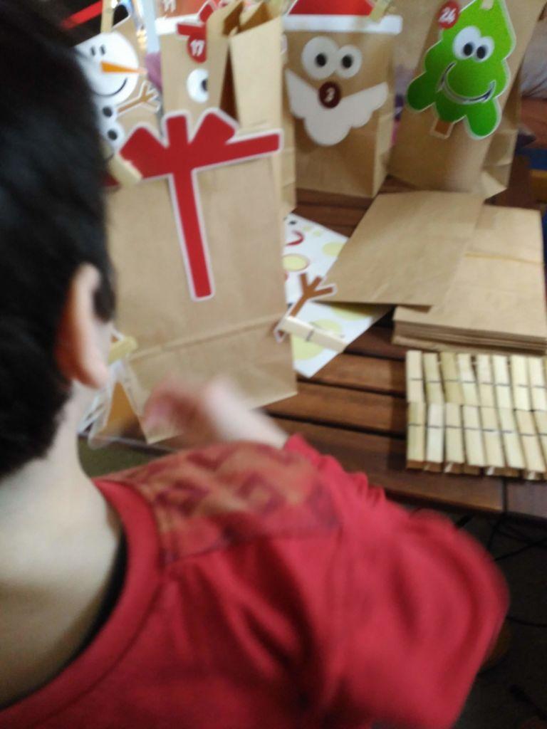 Haciendo manualidades de Navidad con los niños