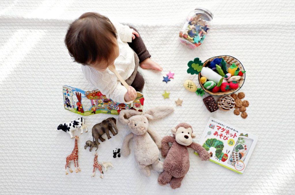 Bebé rodeado de juguetes - Imagen ilustrativa - Dónde donar juguetes usados