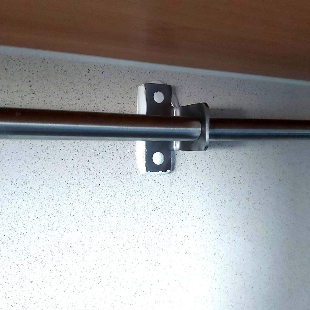 Fijar una barra de cocina sin taladrar los azulejos