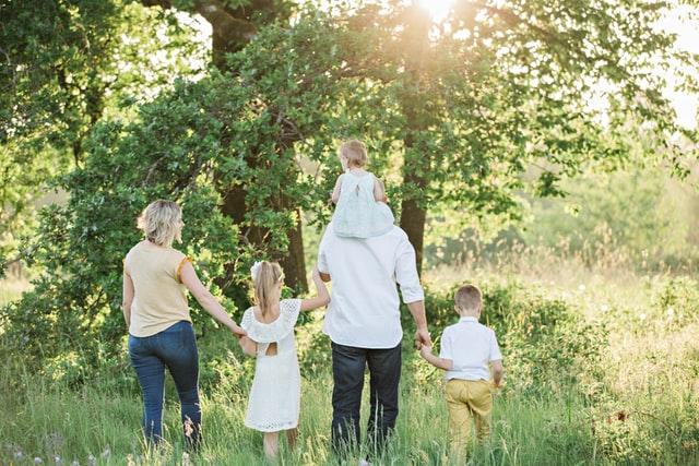 Familias en Alemania - Imagen ilustrativa: Una familia paseando por el bosque