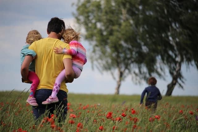 Imagen ilustrativa padre con niños - En las familias alemanas es habitual que los padres hagan actividades solos con los niños.