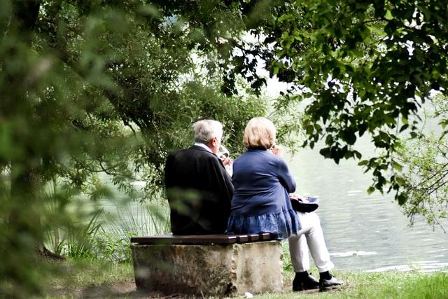 Imagen ilustrativa de Unsplash: Pareja mayor sentada en un banco. En Alemania las familias no están tan unidas con los abuelos.